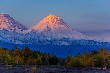 Last sun-rays hitting Kamen volcano (Photo: Tom Pfeiffer)