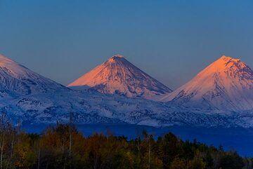 Last sun-rays hitting Klyuchevskoy and Kamen volcanoes (Photo: Tom Pfeiffer)