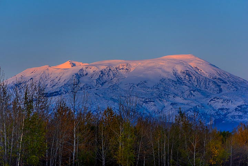 Last sun-rays hitting Ushkovsky volcano (Photo: Tom Pfeiffer)