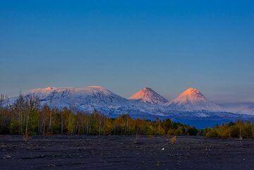 Sunset panorama with Ushkovsky, Klyuchevskoy, Kamen, and Bezymianny volcanoes (Photo: Tom Pfeiffer)