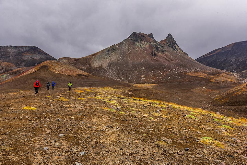 "Walking towards the ""camel rock"" (Photo: Tom Pfeiffer)"