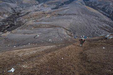 Descending on loose volcanic soil beneath camel rock (Photo: Tom Pfeiffer)