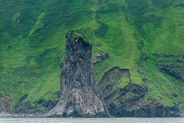 Exposed volcanic dike in the coast of Atlasof Island (Photo: Tom Pfeiffer)