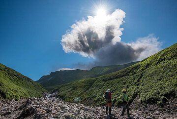 Ash plume from an eruption of Ebeko volcano (Photo: Tom Pfeiffer)