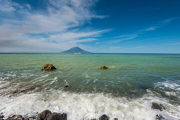 If it wasn't in the Kuril Islands, one could think it's a tropical beach on a sunny day. (Photo: Tom Pfeiffer)