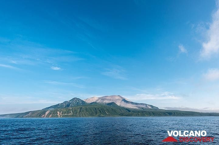 The next day in the evening, after Raikoke, we reach Kharimkotan, a large volcano, which forms a 8x12 km island. (Photo: Tom Pfeiffer)