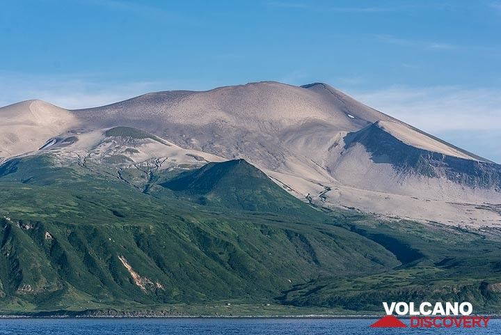 The upper half of the volcano is still covered by thick ash deposits from the catastrophic eruption in 1933, one of the largest in the Kuriles during historic times. (Photo: Tom Pfeiffer)