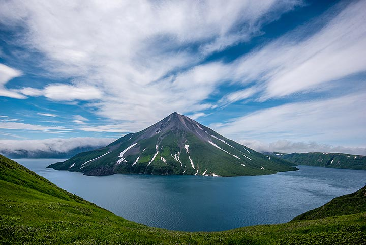 The formation of the caldera was dated to about 7500 years before present. Krenitzyn Peak, the stratovolcano forming an island inside the lake-filled caldera, formed during the past few 1000s of years. (Photo: Tom Pfeiffer)
