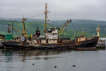Fishing ship (Photo: Tom Pfeiffer)