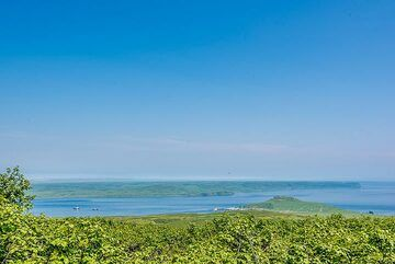 View across Shumshu island towards the southern tip of Kamchatka in the background. (Photo: Tom Pfeiffer)