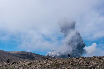 The ash plume rises approx 1 km above the crater, which is still hidden behind the next ridge. (Photo: Tom Pfeiffer)