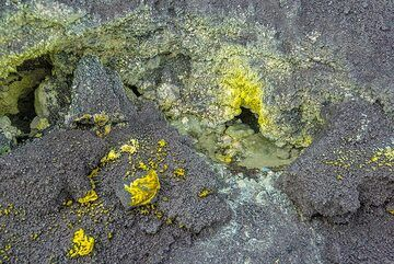 Several small fumarole vents with sulphur deposits around them (Photo: Tom Pfeiffer)