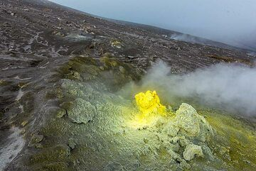 The yellow sulphur color is in strong contrast to the foggy atmosphere. (Photo: Tom Pfeiffer)
