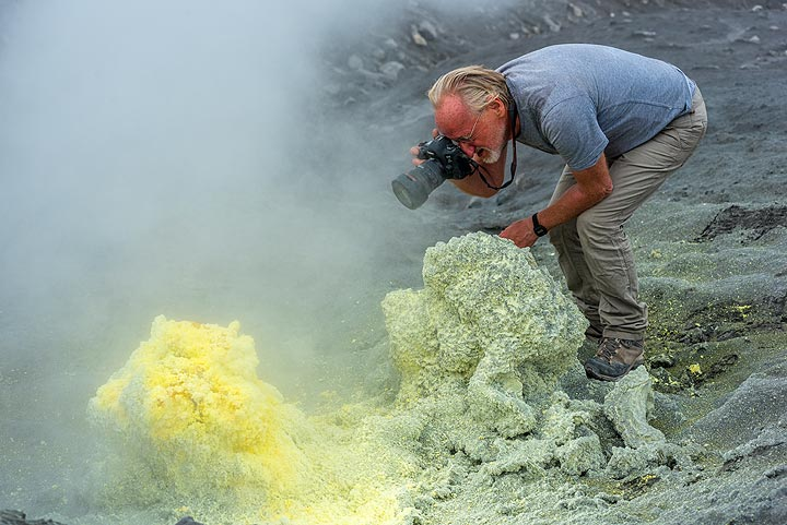 ...while Paul doesn't care about the fumes. (Photo: Tom Pfeiffer)