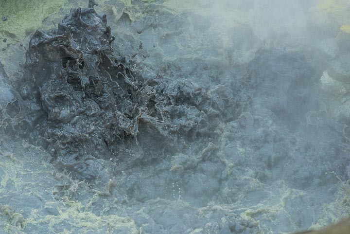 Occasional whiffs of wind clear views onto the boiling surface of the pond. (Photo: Tom Pfeiffer)