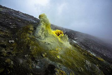 Another very active fumarole higher up on the slope of the summit cone (Photo: Tom Pfeiffer)