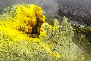 The lower mouth of the fumarole (Photo: Tom Pfeiffer)