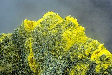 Bright needle-shaped sulphur crystals (Photo: Tom Pfeiffer)