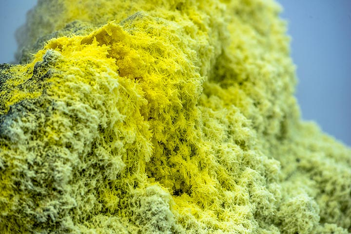 Thousands of small monoclinic sulphur crystals cover the surfaces. (Photo: Tom Pfeiffer)