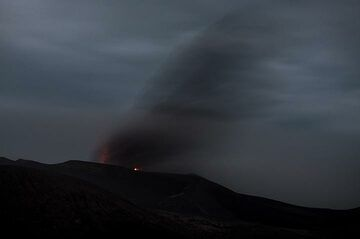 Activity of Ebeko at night was disappointing this evening - only little incandescence and weak lightnings. (Photo: Tom Pfeiffer)
