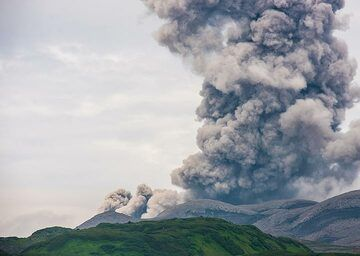 Eruption of Ebeko seen at noon from Severo-Kurilsk town; note a lower ash cloud going to the left, as a small pyroclastic flow was formed. (Photo: Tom Pfeiffer)