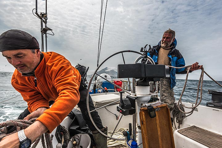 Our skillful skippers Sascha and Gregory. (Photo: Tom Pfeiffer)
