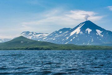Wider angle of Chikurachiki near the Shelihov Bay. (Photo: Tom Pfeiffer)