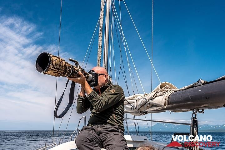 Soelve photographing birds with his large tele lens. (Photo: Tom Pfeiffer)