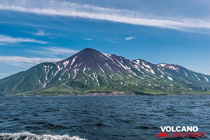 The complex structure of Chikurachki volcano composed of overlapping volcanic edifices. (Photo: Tom Pfeiffer)