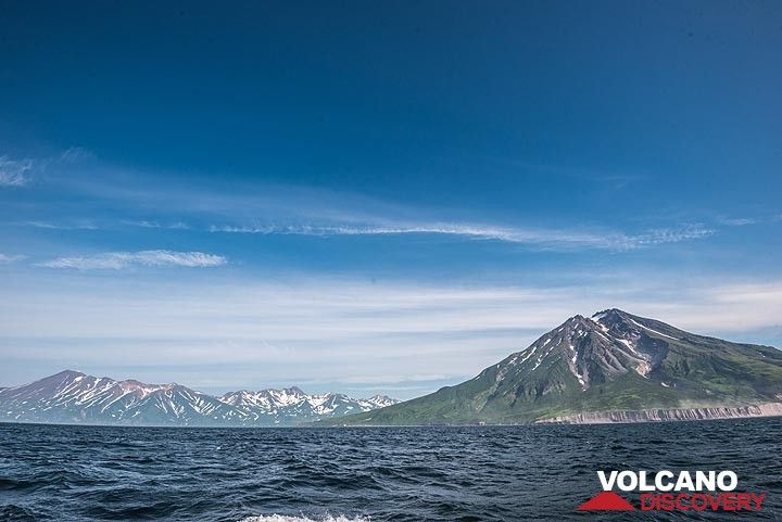 Wider angle view of Fuss volcano and older volcanic mountains in the left background. (Photo: Tom Pfeiffer)