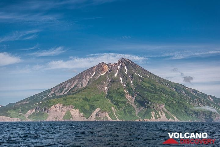 We slowly sail around the volcano now seen from the SW. (Photo: Tom Pfeiffer)