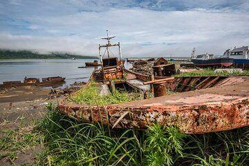 Shipwreck on the beach (Photo: Tom Pfeiffer)