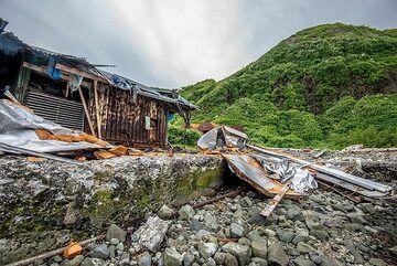 Partially ruined harbor facilities (Photo: Tom Pfeiffer)