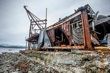 Ruins of a loading crane (Photo: Tom Pfeiffer)