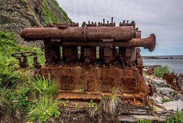 Rusting diesel ship engine (Photo: Tom Pfeiffer)