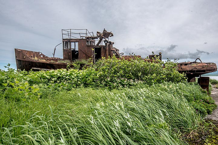 Wreck of a fishing vessel on the shore (Photo: Tom Pfeiffer)