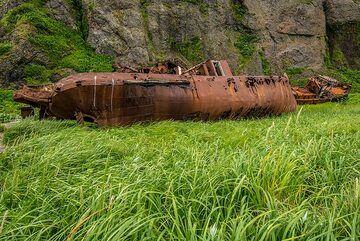 Rusting fishing boat (Photo: Tom Pfeiffer)