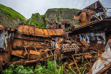 Rusting shipwreck falling apart (Photo: Tom Pfeiffer)