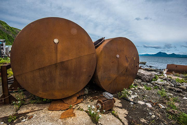 Old rusting barrel containers (Photo: Tom Pfeiffer)