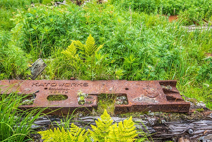 Plate of the shipyard that once built one of the fishing vessels (Photo: Tom Pfeiffer)