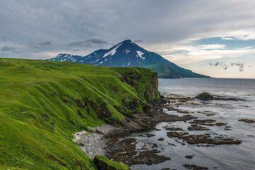 View along the shore towards Chikurachiki volcano (Photo: Tom Pfeiffer)