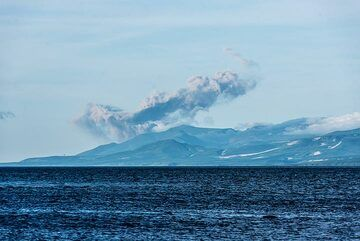Distant view of an ash plume from Ebeko volcano rising to approx. 2 km altitude. (Photo: Tom Pfeiffer)