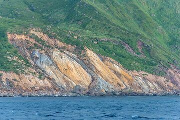 Colorful hydrothermally altered rocks (Photo: Tom Pfeiffer)