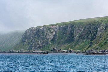 The SW coast of Shiashkotan; on the plateau, remnants of a Japanese military base can be found. (Photo: Tom Pfeiffer)