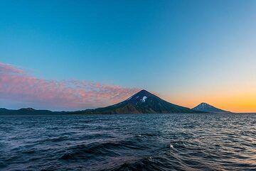Chikurachki and Fuss volcanoes after sunset (Photo: Tom Pfeiffer)