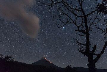 Taurus has risen above the volcano. (Photo: Tom Pfeiffer)