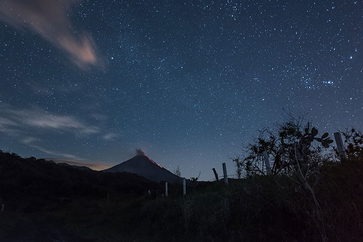 The sky behind Colima begins to brighten up as the moon is about to rise there. (Photo: Tom Pfeiffer)
