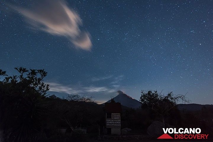 Moonrise approaches behind erupting Colima volcano (Mexico, Nov 2016) (Photo: Tom Pfeiffer)