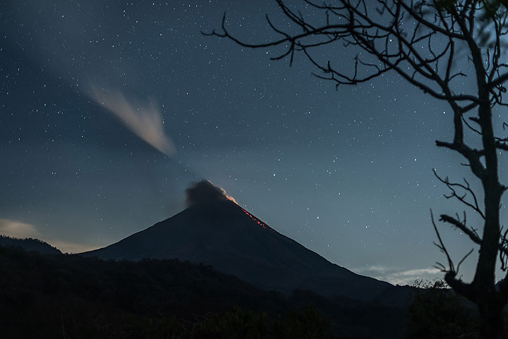 """The volcano's moon shadow """"cuts"""" through its gas plume even though it is still too low on the eastern horizon to be seen directly. (Photo: Tom Pfeiffer)"""