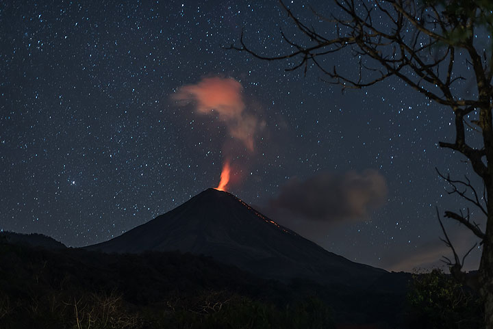 On 19 Nov, the glow from the summit lava dome is stronger than previously. (Photo: Tom Pfeiffer)